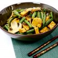 Groene wokschotel met tempeh